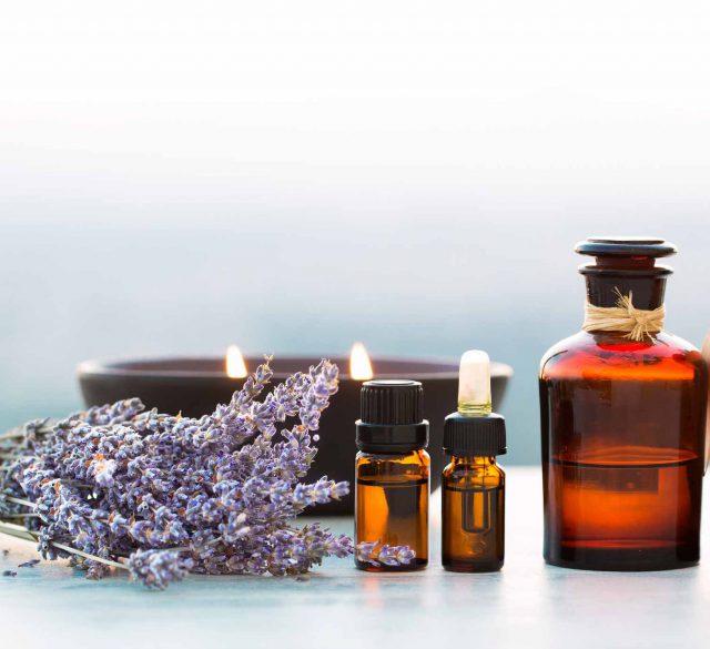 Aromaöl Flaschen mit Lavendel und Kerze